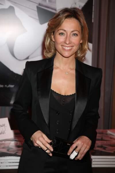 Retour sur l'évolution look d'Anne-Sophie Lapix : en 2008, transparence et smoking, un look zéro défaut