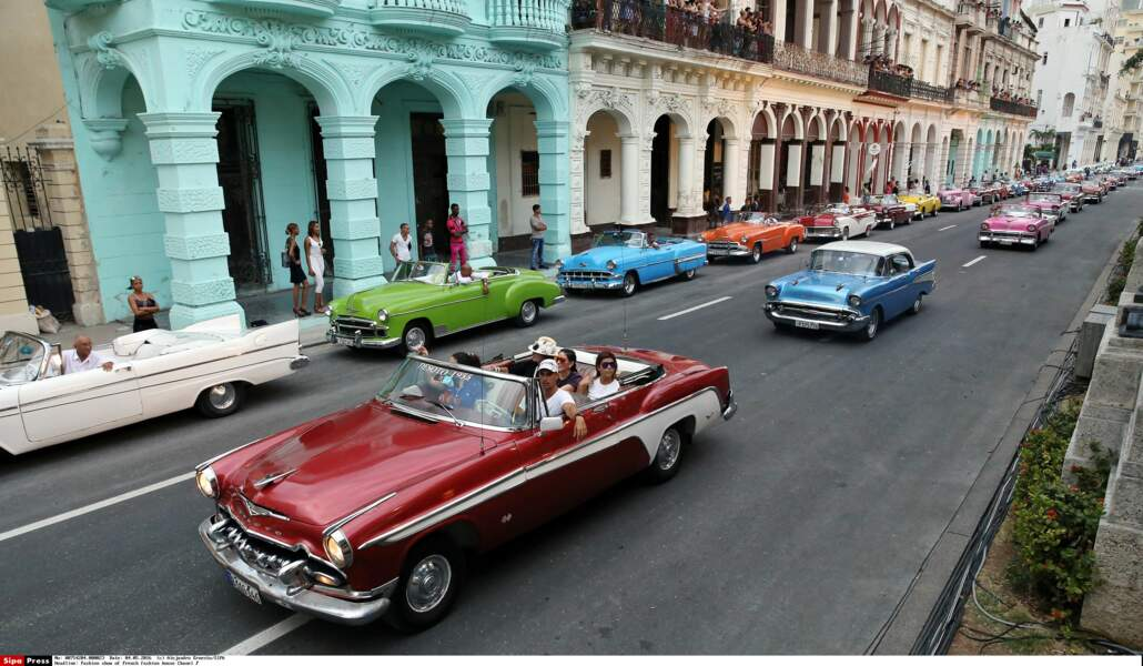 Défilé Chanel à Cuba : les vieilles voitures américaines emblématiques de Cuba avec plein de mannequins dedans !