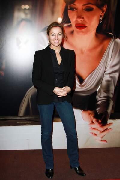 Retour sur l'évolution look d'Anne-Sophie Lapix : 2010, jean et veste noire, une allure casual chic qu'elle adore