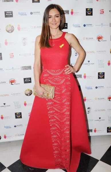 La comédienne Emmanuelle Boidron, particulièrement en beauté dans sa longue robe rouge