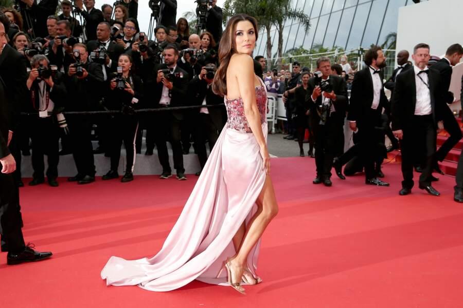 Eva Longoria a monté les marches dans une sublime robe rose