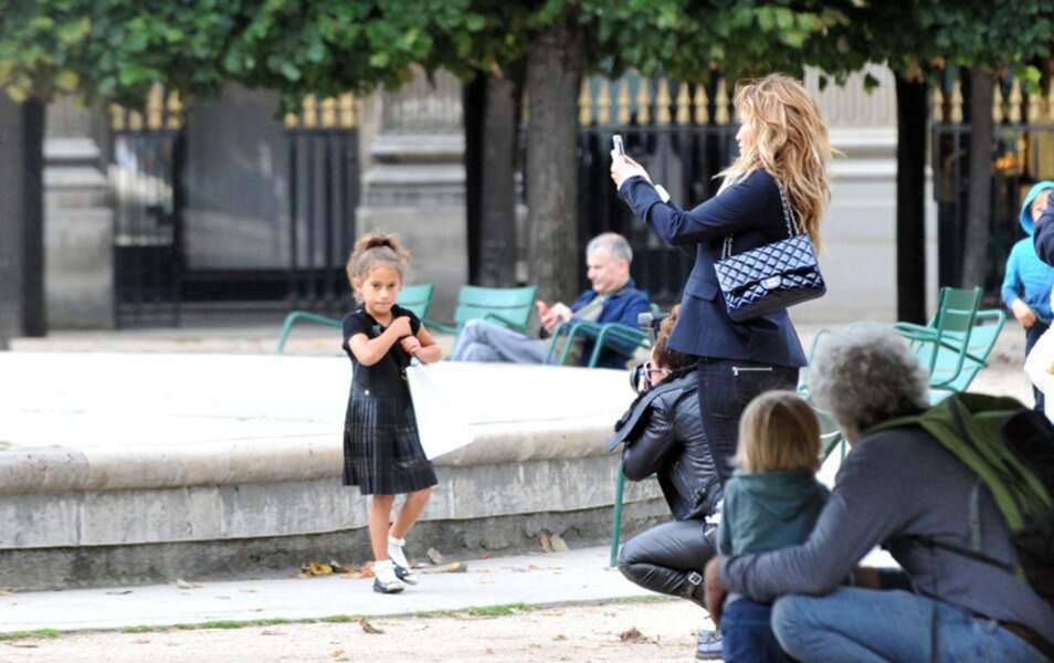 La petite Emme prend la pose pour sa maman, devant le regard médusé des passants
