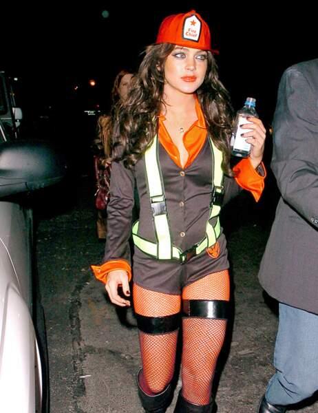 Lindsay Lohan en pompier qui met le feu au lieu de l'éteindre