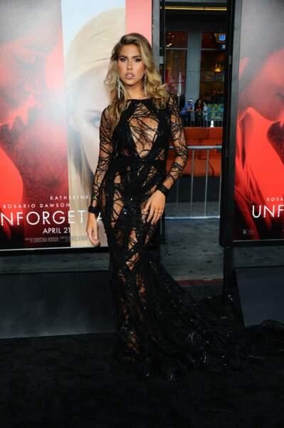 Avant-première d'Unforgettable : Kara Del Toro porte la même robe noire très ajourée... en version longue