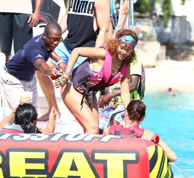 Rihanna se lance dans la bouée tractée