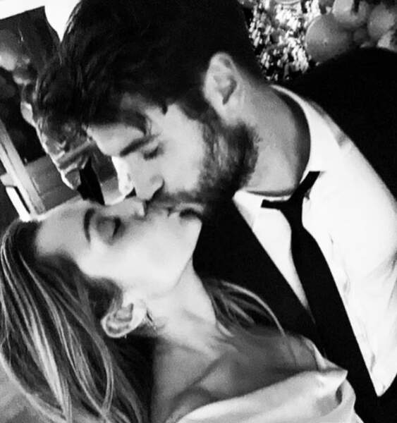 Miley Cyrus et Liam Hemsworth échangent un tendre baiser