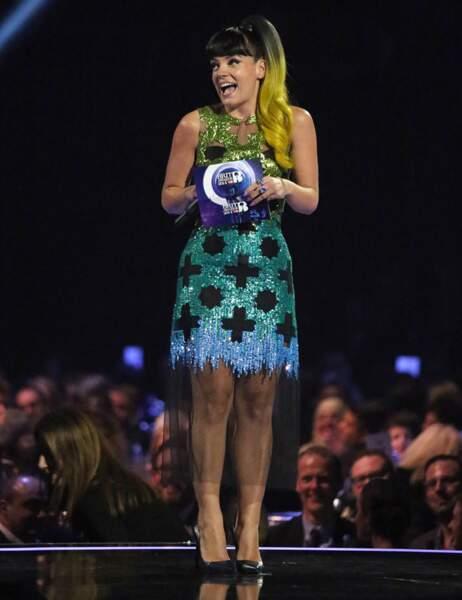 Lily Allen a changé la robe mais gardé les cheveux jaunes pour récompenser les Arctic Monkeys