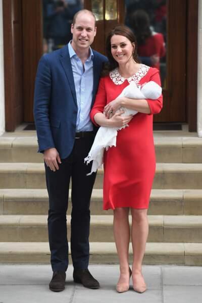 C'est avec le sourire que Kate Middleton et le prince Williams posent pour les médias du monde entier.