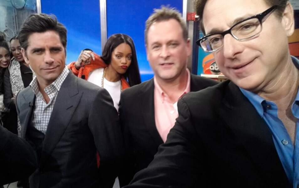 Dans les coulisses du show Good Morning America, Rihanna a photobombé les acteurs de La Fête à la Maison