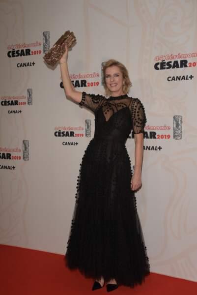 """Karin Viard lève fièrement son troisième César, qui lui a été remis pour son interprétation dans """"Les Chatouilles"""""""