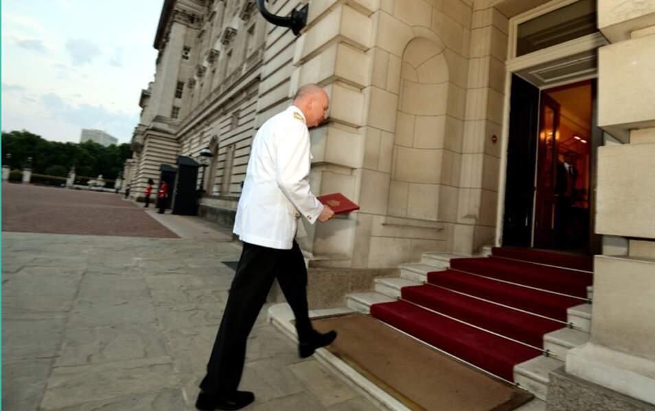 Vite ! Philip Rhodes s'empresse d'aller l'apporter à la Reine !