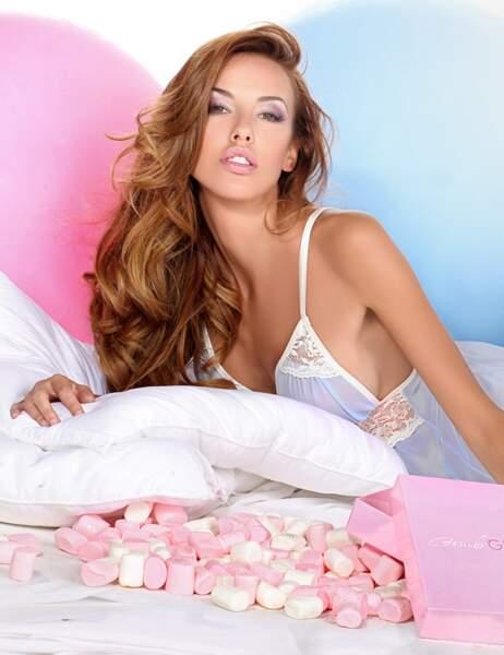 Vanessa Lawrens sur un lit