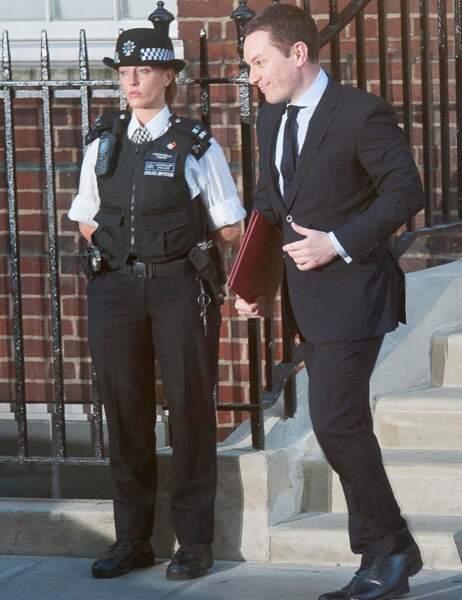 Il tient dans ses bras la missive comprenant toutes les informations sur la naissance du Royal Baby