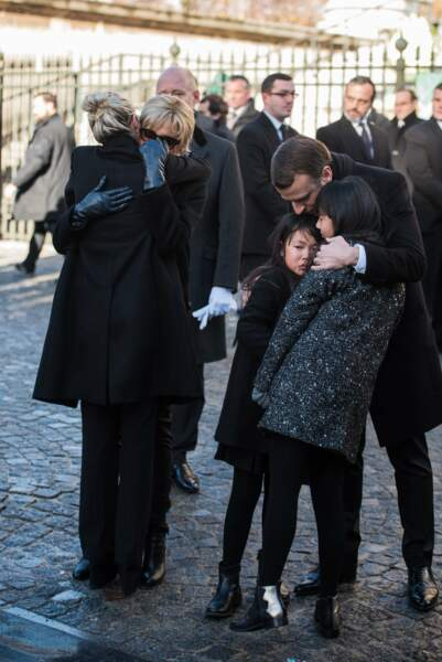 Les politiques présents lors de l'hommage à Johnny Hallyday : Emmanuel Macron avec Jade et Joy Hallyday