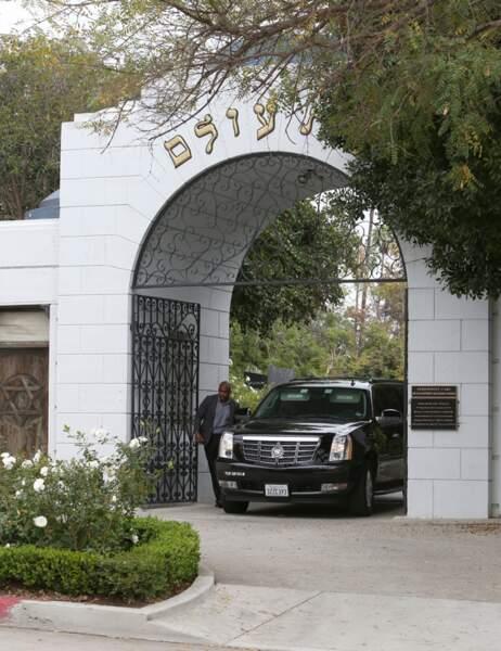 Une voiture quitte le cimetière après le service funéraire
