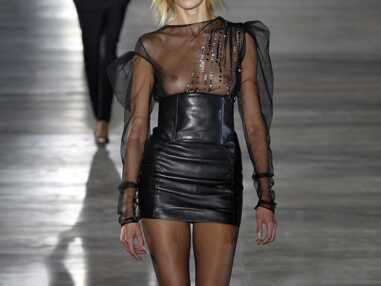Fashion Week de Paris : le top Anja Rubik seins nus au défilé Saint Laurent