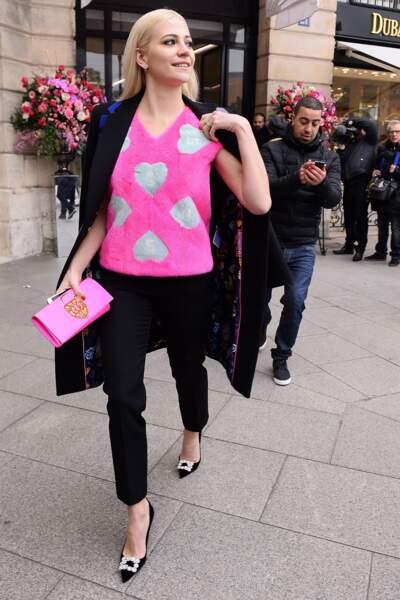 Fashion Week Haute Couture : la chanteuse Pixie Lott en top poilu flashy
