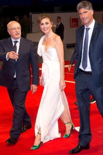 Présentation de L'insulte à la Mostra de Venise : Julie Gayet porte des stilettos verts
