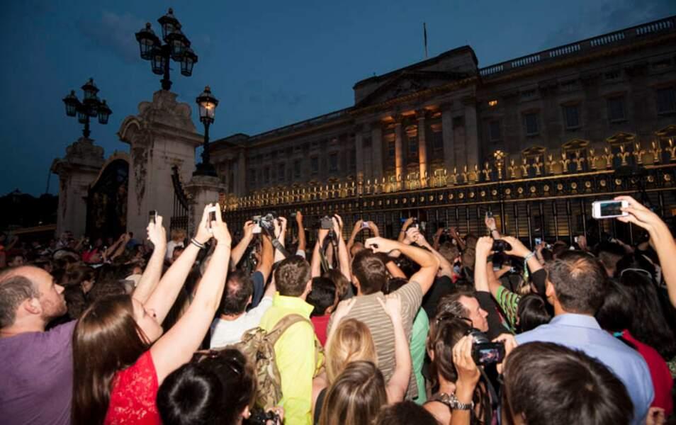 Devant Buckingham Palace, tout n'est qu'explosions de joie suite à l'annonce de la naissance du Royal Baby !