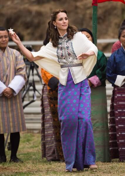 Une fois réparée, Kate Middleton a pu s'essayer au khuru, un sport national au Bhoutan