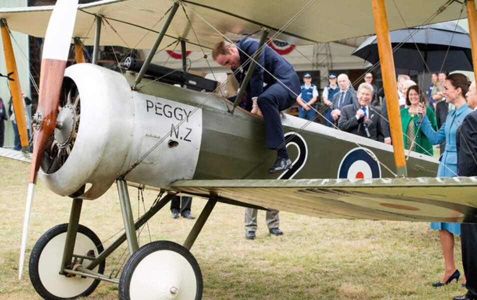 Grand enfant dans l'âme, le duc de Cambridge ne résiste pas et grimpe dans un appareil