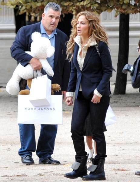 Chic en haut, casual en bas, la tenue de J-Lo pour aller faire les boutiques