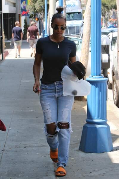 Kelly Rowland se balade sans soutien-gorge dans les rues de Los Angeles