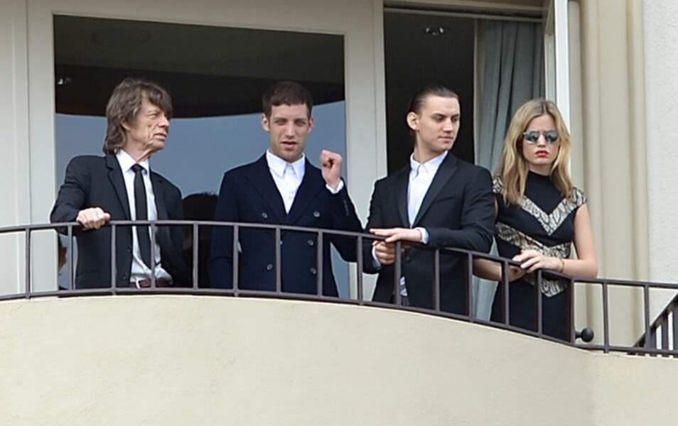 Mick Jagger, ses enfants James, Gabriel et Georgia May Jagger au balcon de leur hôtel