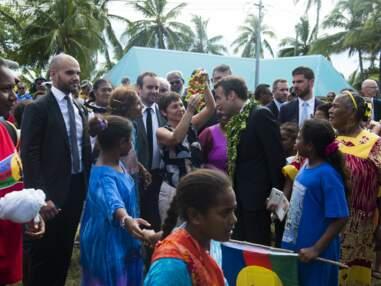 Emmanuel Macron pose avec une couronne de fleurs sur la tête, en visite en Nouvelle-Calédonie