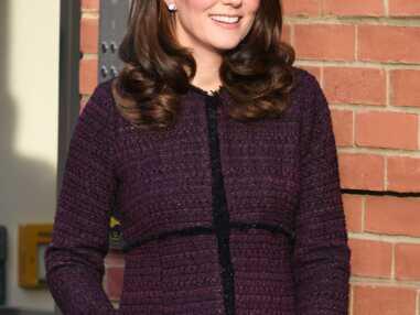 Kate Middleton dévoile son baby-bump dans un manteau Séraphine