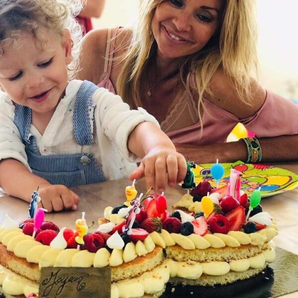 Tom, le fils d'Ingrid Chauvin, découvre son gâteau d'anniversaire avec le sourire