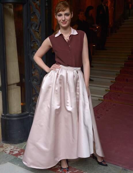 Louise Bourgoin, déjà très imposante dans sa jupe en satin, avait choisi un simple collier