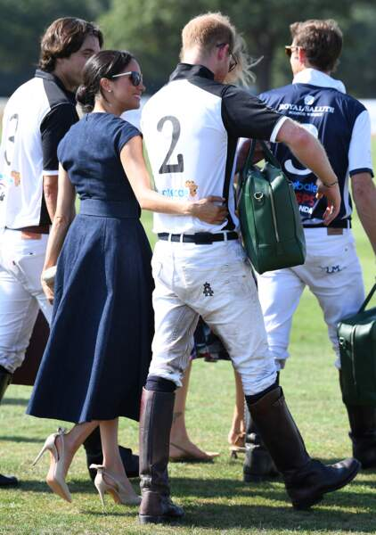 Le prince Harry et Meghan Markle s'embrassent : elle n'a d'yeux que pour lui