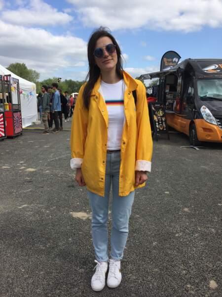 Marvellous Island Festival 2016: Pauline en t-shirt arc-en-ciel, ciré et lunettes Tilt vintage chez Citadium