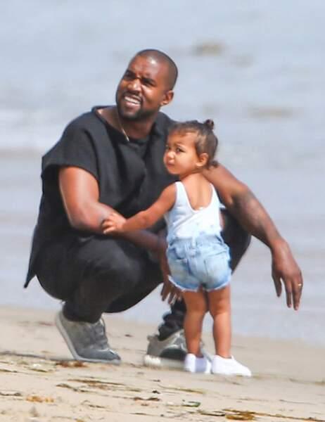 Kanye West et North West regardent dans la même direction