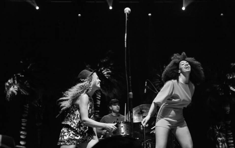 Beyoncé ne peut s'empêcher de venir faire quelques pas de danse sur scène avec sa soeur Solange