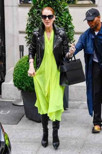 Céline Dion en robe Balenciaga, veste Saint Laurent, cuissardes Le Silla et sac Givenchy