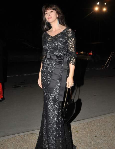 Sa robe en dentelles noires met en valeur ses courbes parfaites