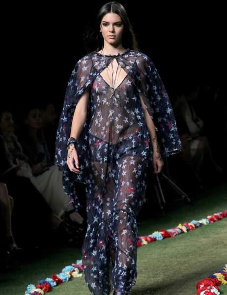 Kendall Jenner défile pour Tommy Hilfiger dans une robe transparente