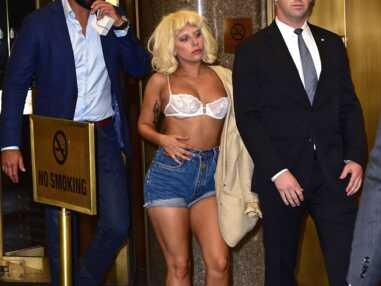 Lady Gaga sort seins nus pour s'acheter une pizza