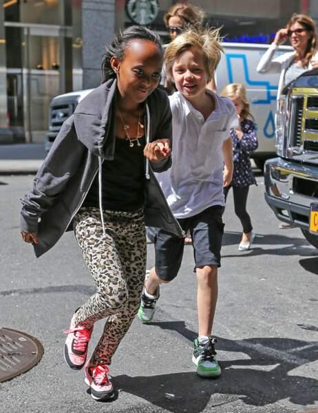Les deux filles, Zahara et Shiloh, partent devant, très pressées de rejoindre leur but