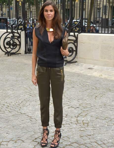 La modeuse Cristina Pitanguy sexy en pantlon moulant et ample décolleté