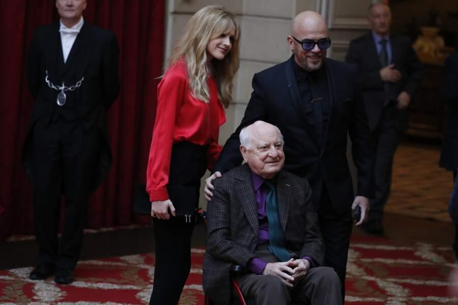 Line Renaud décorée : Julie Hantson et pascal Obispo entourent Pierre Bergé, le président du Sidaction