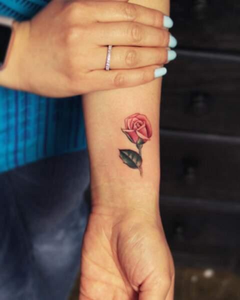 Tatouage poignet : rose en couleur par Joice Wang @joicewangtattoos