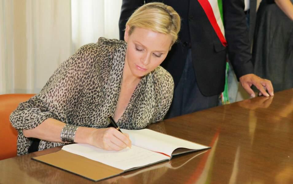 La Princesse Charlène signe le livre d'or