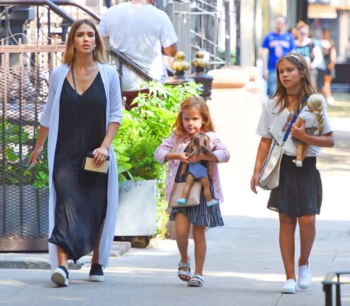 Jessica Alba enceinte avec ses filles à New York