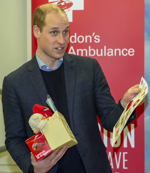 William est rentré à la maison les bras chargés de cadeaux
