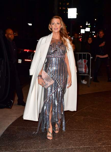 Blake Lively dans une robe silver très glamour