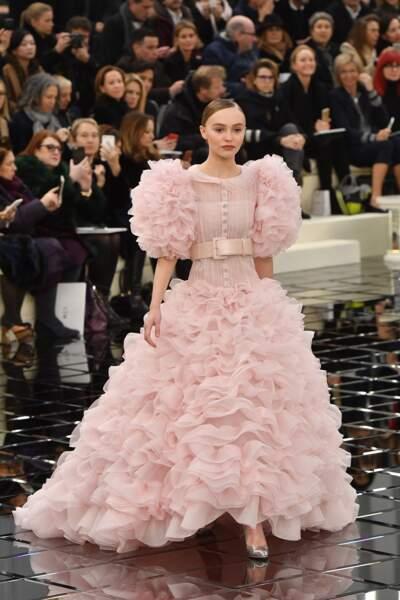 Défilé Chanel Haute Couture : Lily-Rose Depp superbe en mariée rose