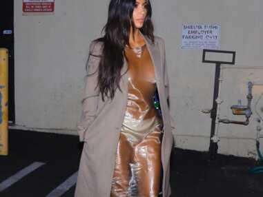 Kim Kardashian va au resto en culotte et seins nus sous sa robe transparente